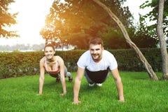 Giovane addestramento sportivo felice delle coppie Fotografia Stock