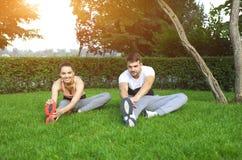 Giovane addestramento sportivo felice delle coppie Immagini Stock