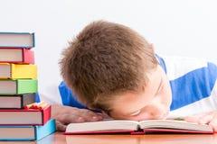 Giovane addormentato caduto scolaro sovraccarico Fotografie Stock