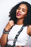 Giovane adolescente afroamericano grazioso u vicina sorridente felice Immagini Stock Libere da Diritti