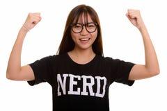Giovane adolescente asiatico felice del nerd che sorride e che guarda per motivare fotografie stock