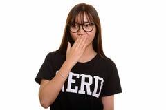Giovane adolescente asiatico sveglio del nerd che sembra colpito immagine stock libera da diritti