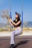 Giovane adolescente che per mezzo di una compressa Fotografia Stock