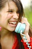 Giovane adolescente che ride sul telefono Fotografia Stock