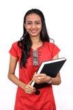 Giovane adolescente che tiene un libro. Fotografie Stock Libere da Diritti