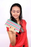 Giovane adolescente che tiene un libro. Fotografia Stock Libera da Diritti