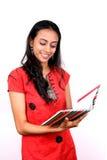 Giovane adolescente che tiene un libro. Immagini Stock