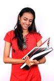 Giovane adolescente che tiene un libro. Fotografia Stock