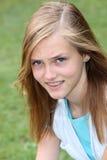 Giovane adolescente con l'espressione imbarazzata Fotografie Stock