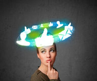 Giovane adolescente con le icone sociali della nuvola intorno lei capa Immagine Stock Libera da Diritti