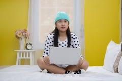 Giovane adolescente felice con il computer portatile Immagini Stock Libere da Diritti