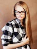 Giovane adolescente grazioso della ragazza in vetri che fanno selfie alla scuola, s fotografia stock