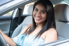 Giovane adolescente ispanico che impara guidare fotografia stock libera da diritti