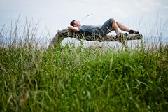 Giovane adulto che si rilassa pacificamente in natura Immagine Stock