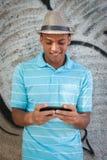 Giovane adulto facendo uso di un pda del pc della compressa fotografia stock libera da diritti