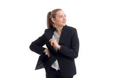 Giovane affare biondo sveglio nel vestito nero dell'ufficio che cerca e che sorride Immagini Stock