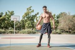 Giovane afroamericano che gioca pallacanestro della via nel parco fotografia stock libera da diritti
