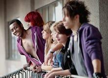 Giovane afroamericano teenager ed amici Immagini Stock Libere da Diritti
