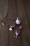 Giovane aglio fresco sulla tavola Fotografia Stock Libera da Diritti