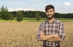 Giovane agricoltore al campo di grano Fotografia Stock Libera da Diritti