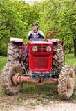 Giovane agricoltore che guida il suo trattore Fotografie Stock Libere da Diritti