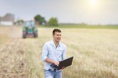 Giovane agricoltore che urla nel campo Fotografie Stock
