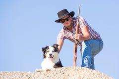 Giovane agricoltore con il cane Fotografia Stock Libera da Diritti