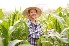 Giovane agricoltore con sorridere nel campo di agricoltura Fotografia Stock