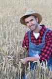 Giovane agricoltore felice in cappello e camici Fotografia Stock Libera da Diritti