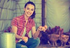 Giovane agricoltore felice che porta le uova fresche Fotografie Stock Libere da Diritti