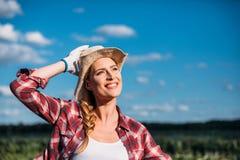 Giovane agricoltore femminile sorridente Fotografia Stock Libera da Diritti