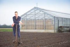Giovane agricoltore fuori di una serra Fotografia Stock
