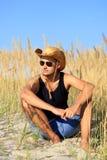 Giovane agricoltore maschio nel campo Fotografia Stock