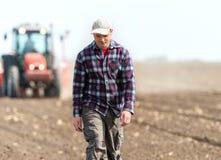 Giovane agricoltore su terreno coltivabile Immagini Stock