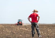Giovane agricoltore su terreno coltivabile Immagine Stock