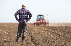 Giovane agricoltore su terreno coltivabile Immagini Stock Libere da Diritti