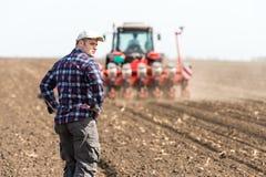 Giovane agricoltore su terreno coltivabile Fotografia Stock Libera da Diritti