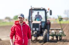 Giovane agricoltore su terreno coltivabile Fotografie Stock Libere da Diritti