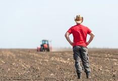 Giovane agricoltore su terreno coltivabile Fotografia Stock
