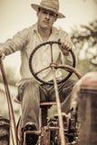 Giovane agricoltore su un trattore d'annata Fotografie Stock Libere da Diritti