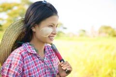 Giovane agricoltore tradizionale della femmina del Myanmar dell'asiatico Fotografia Stock