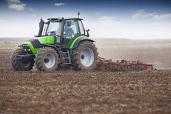 Giovane agricoltore in trattore Immagine Stock