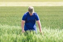 Giovane agricoltore in un campo Fotografia Stock Libera da Diritti