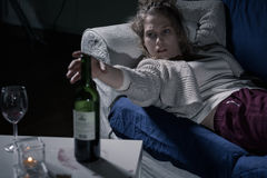 Giovane alcoolizzato femminile Fotografia Stock Libera da Diritti