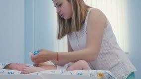 Giovane alimentazione della madre il bambino una miscela dalla bottiglia archivi video