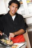 Giovane alimento di placcatura del cuoco unico Immagine Stock
