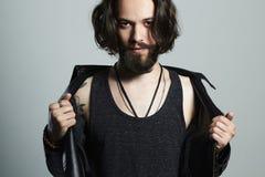 Giovane alla moda hipster ragazzo bello barbuto fotografia stock libera da diritti