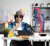 Giovane alla moda pronto a viaggiare Indicando grande zaino a Offi Fotografia Stock
