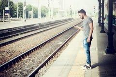 Giovane alla stazione ferroviaria Fotografia Stock Libera da Diritti