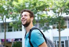 Giovane allegro che sorride con la borsa Fotografia Stock